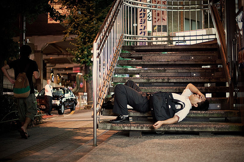 exhausted-tokyo-residents-sleep-on-the-street-_s5fn
