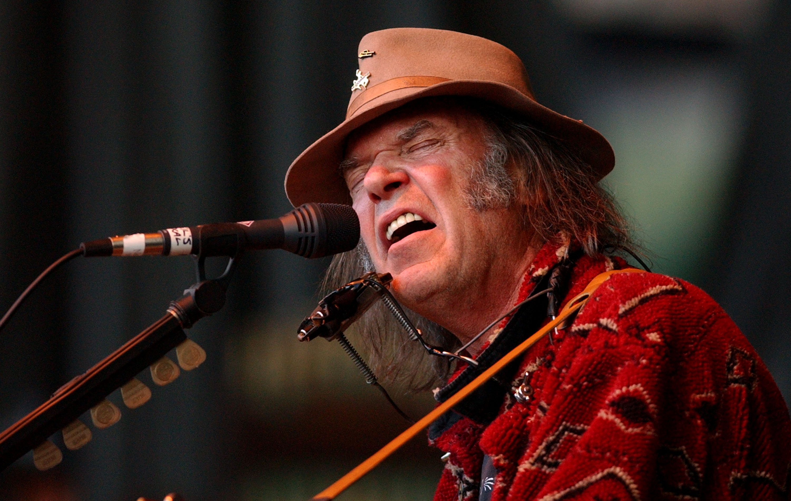 MOUNTAIN VIEW, CA - OCTOBER 26:  Singer Neil Young performs at the 16th annunal Bridge School benefit concert October 26, 2002 in  Mountain View, California. (Photo by Justin Sullivan/Getty Images)